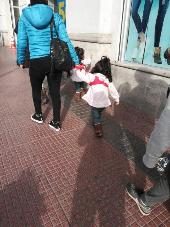 Ah oui... Les gens attachent leurs enfants en laisse ici...