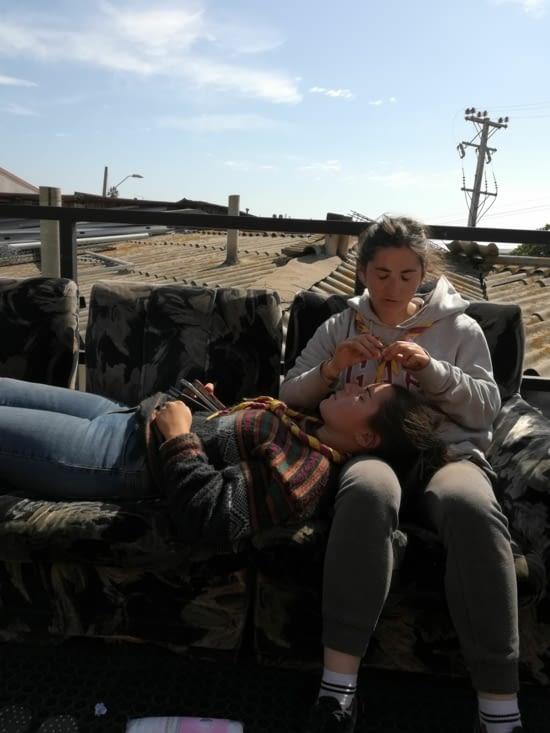 Session épilation de sourcil avec Susie et Honorine, sur la terrasse de l'auberge.