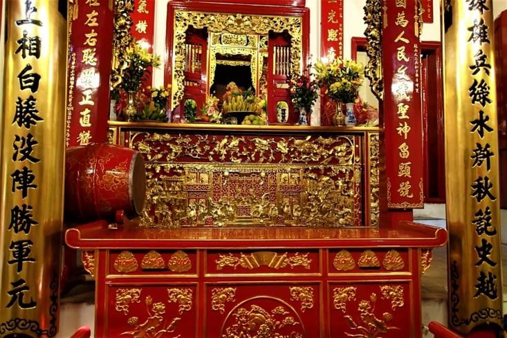 Les autels des temples sont toujours très colorés. Principalement de rouge et d'or.