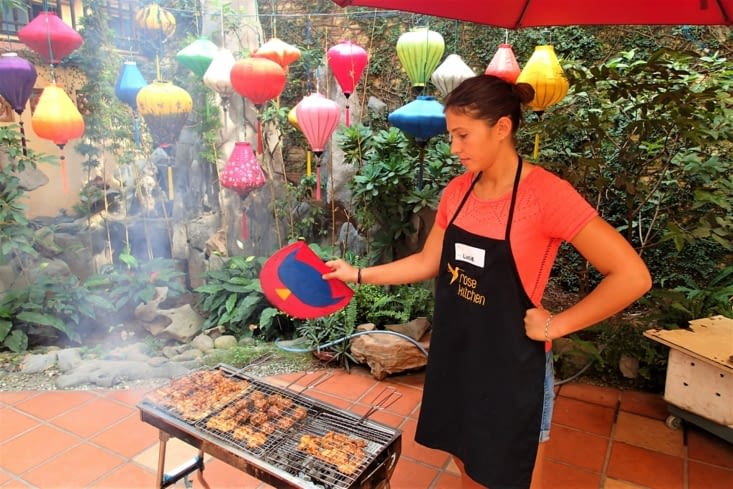 Lucie qui prend son rôle de ventilation du barbecue très à cœur !