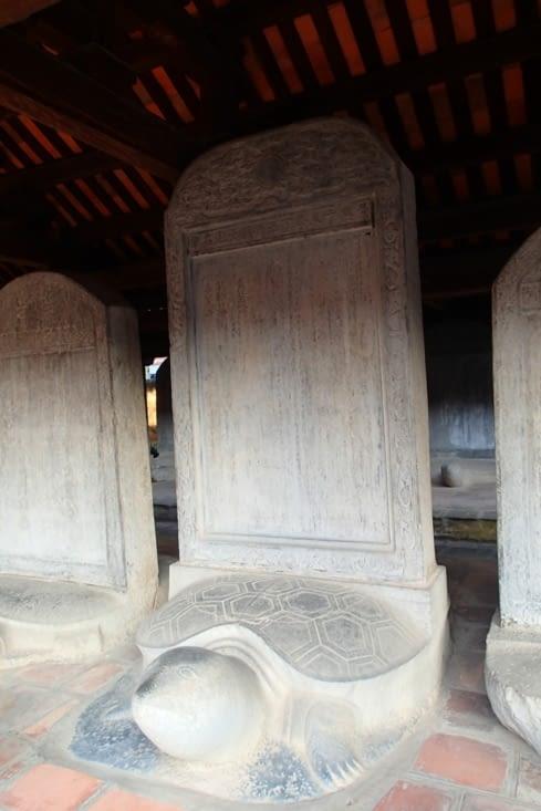Dans une des cours, on peut voir 82 stèles gravées reposant sur des tortues en pierre.