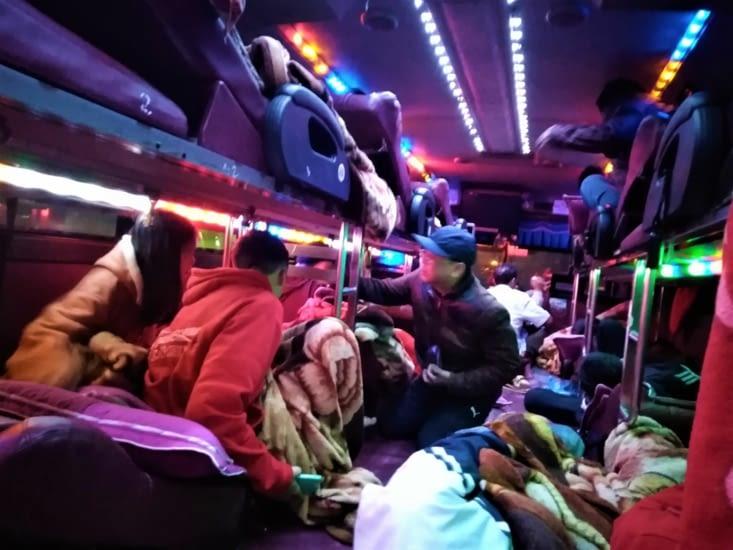 Un sacré bordel leur bus de nuit ici ! C'est une sorte de dortoirs sur roue bien kitsch !