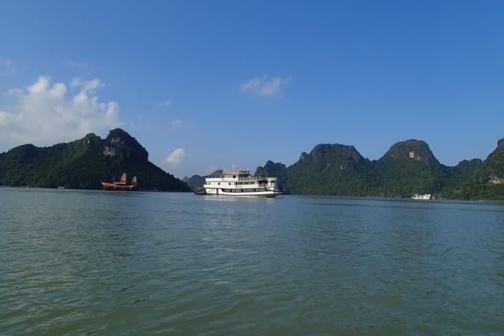Pour finir sur la baie d'Halong maritime, attention aux excursions sur les gros bateaux!
