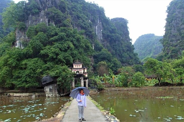 """Nous voilà à Tam Coc, appelez aussi """"baie d'Halong terrestre"""". C'est pas le même temps..."""