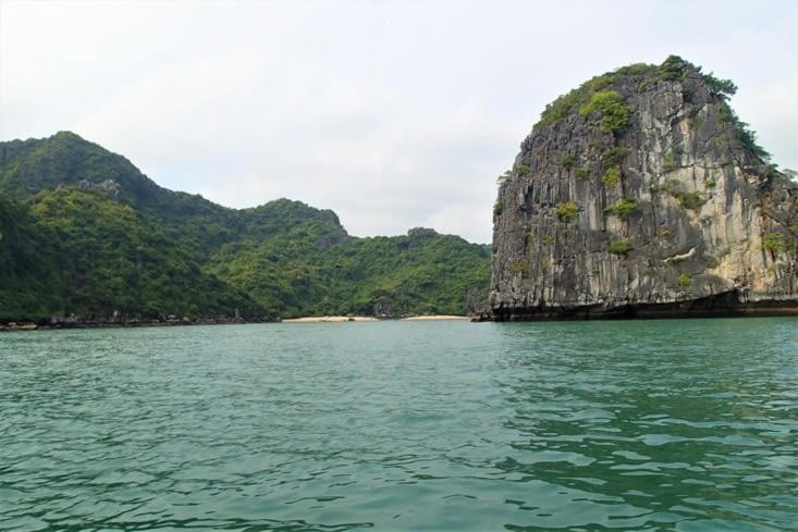 On trouve aussi de nombreuses petites plages désertes isolées du monde.