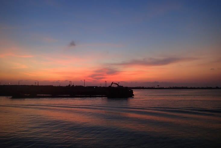 On profite d'un beau coucher de soleil en attendant le ferry pour l'île de Cat Ba.