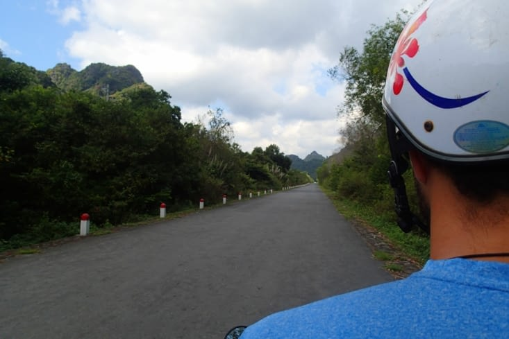 Journée scoot pour traverser l'île et se rendre au nord voir la touristique baie d'Halong.