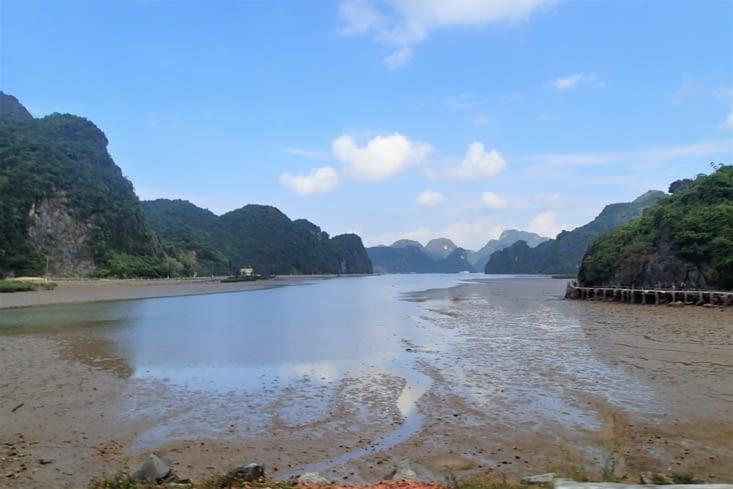 La traversée de l'île est très agréable moitié montagnes karstiques moitié jungle.
