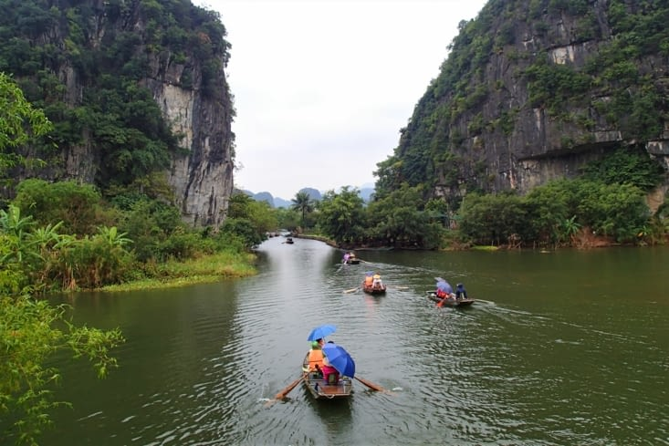 Vu qu'il pleut et que la rivière est blindée de monde, on décide de faire le tour à pied.