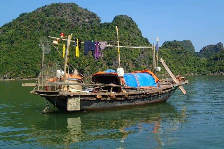 Un bateau de pêcheur au milieu de ce cadre magique.