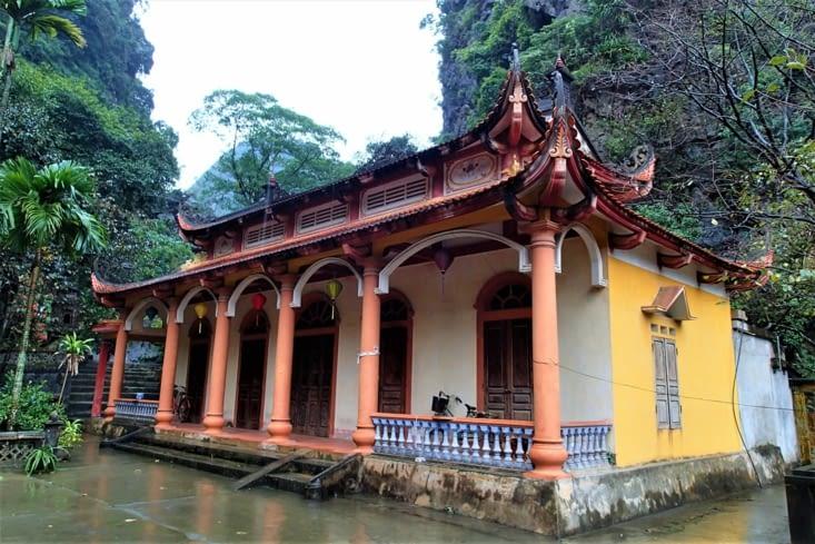 On commence par visiter le temple Bich Dong dédié aux héros du village.