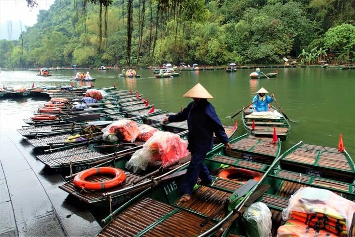 Départ de la balade la plus connue: Ben Trang An. Chinois et autres touristes à gogo...