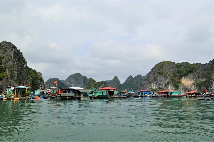 Les villages flottants des pêcheurs rendent encore plus typiques ce lieu unique.