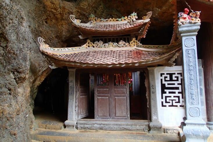 Son originalité est qu'il a été construit à l'entrée et à l'intérieur d'une grotte.