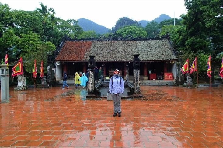 Au garde à vous devant le temple King Dinh construit sur l'ancien palais royal de Hoa Lu.