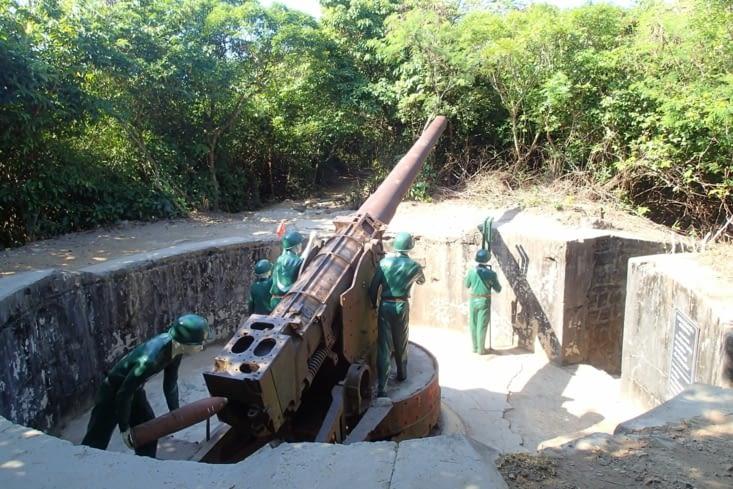 On y trouve encore les canons qui servaient à bombarder les navires.