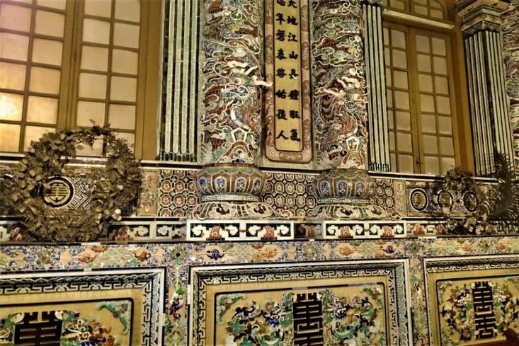 Les murs sont couverts de mosaïques en morceaux d'assiettes, de bols et de bouteilles.