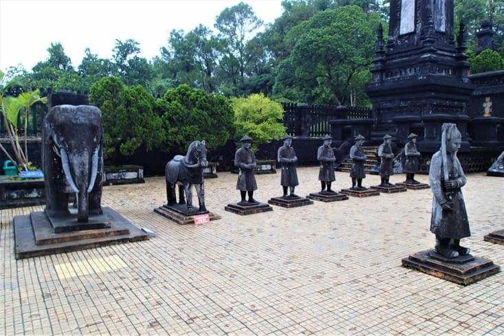 A chaque entrée des tombeaux, on retrouve des statues de mandarins et leurs montures.