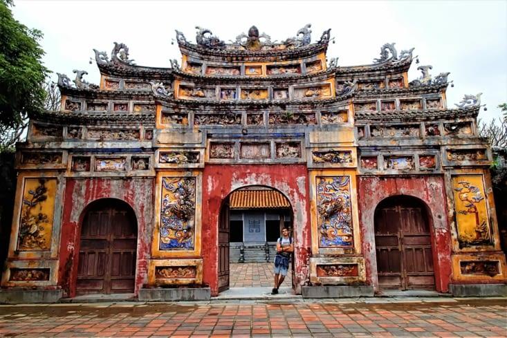 Porte principale vers le temple du culte des empereurs Nguyen. Trop belle !