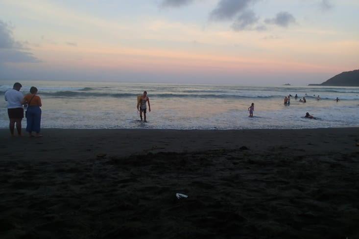 De bonnes vagues jusqu'au coucher du soleil., le pied !