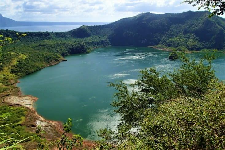 Voici le cratère du volcan Taal qui contient lui aussi un lac. Original !