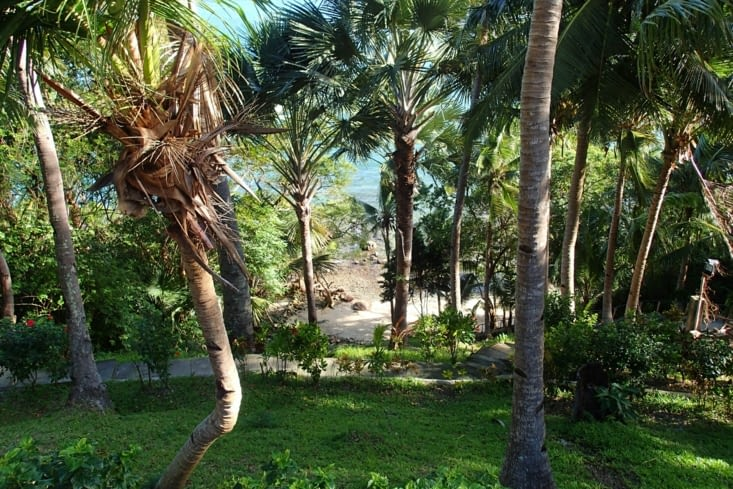 On arrive à notre hôtel avec notre petite plage privée en bas de notre chambre.