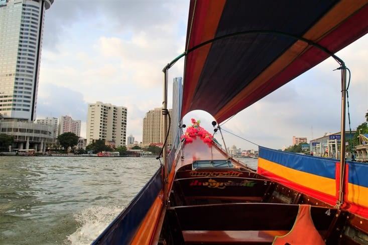 Let's go pour une petite balade sur le fleuve Chao Praya à bord d'un long tail boat.