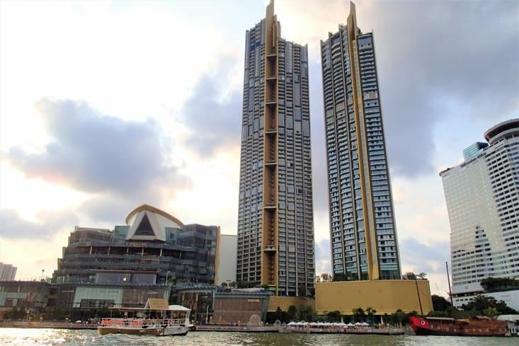 Le contraste est assez saisisant : d'un côté de gros hôtels tout neuf...