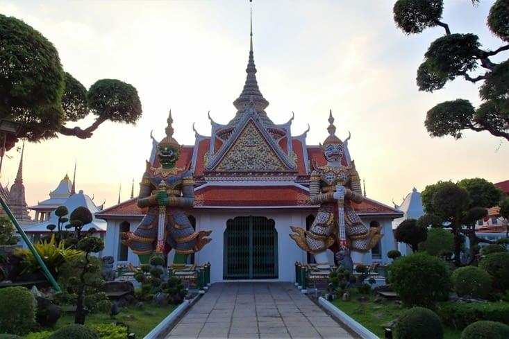 Pour le coucher de soleil on se fait débarquer sur le Wat Arun.