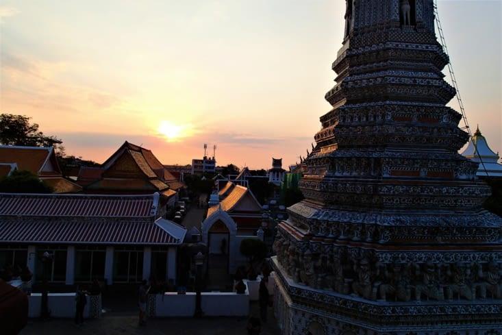Premier couché de soleil en Thaïlande. Magnifique derrière le temple !