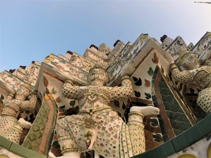 On peut voir de nombreux génies sculptés tout autour de la structure.