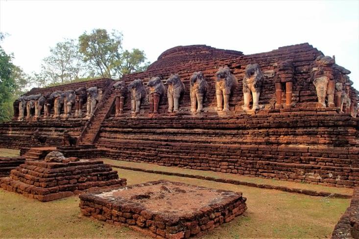 Ou encore ce temple entouré de bustes de dizaines d'éléphants.