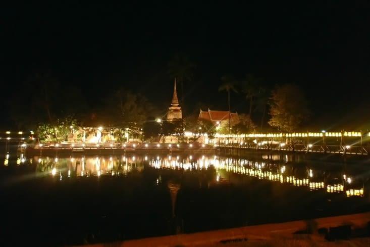 Arrivée de nuit à Sukhothai. Dernière ville historique avant notre périple dans le nord.