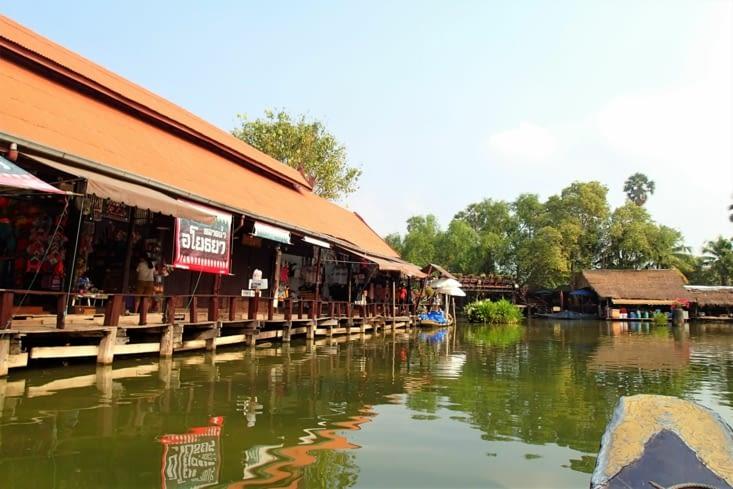 On débute la journée par le marché flottant d'Ayuthaya.