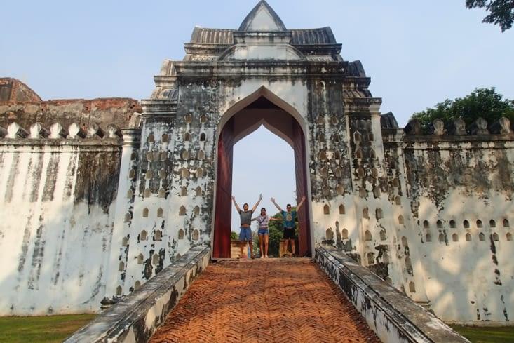 Phra Narai Ratchaniwet. Ancien palais du roi Narai entouré d'immenses murailles.