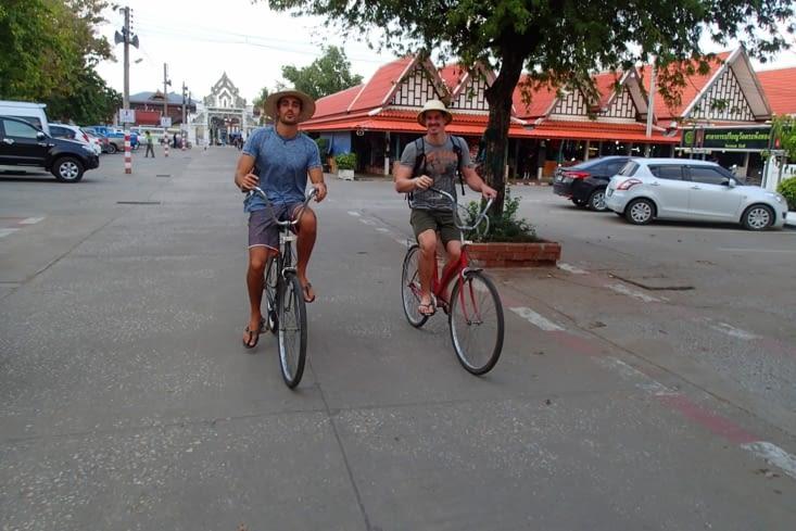Une fois n'est pas coutume ; on s'en va explorer la vieille ville historique à vélo ?.