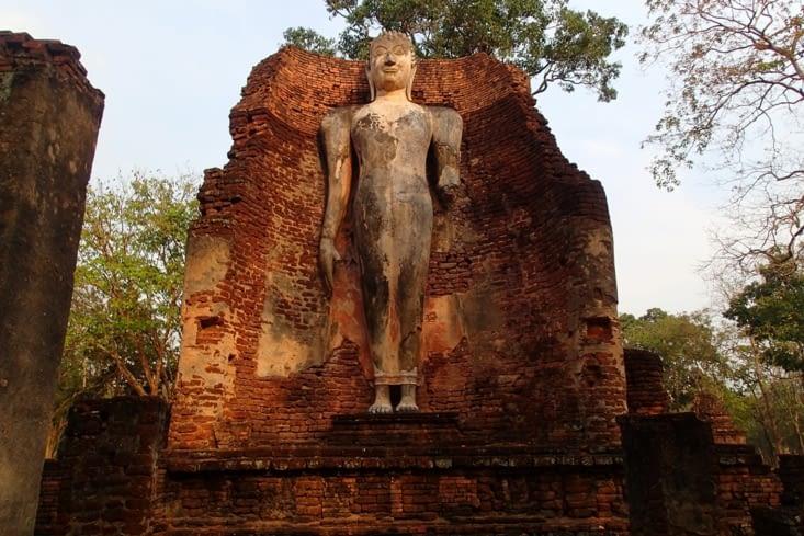 On fait de belles trouvailles au milieu de nulle part comme ce majestueux bouddha debout !