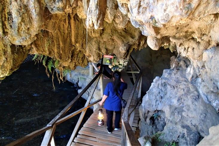 Nous voilà arrivés à la Tham Lod Cave, creusée par la rivière souterraine Lang sur 1,5 km.