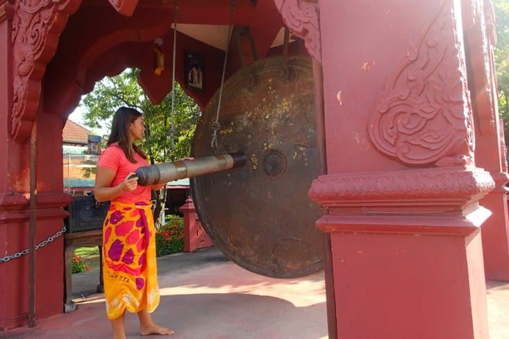 Ce temple est connu pour son gros gong suspendu, l'un des plus gros du monde.