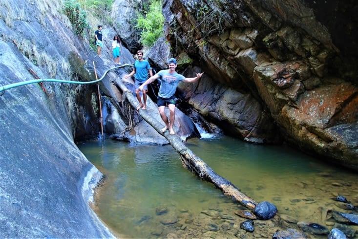 Rebelote dans les cascades. Le temps est gris mais les garçons sont motivés !