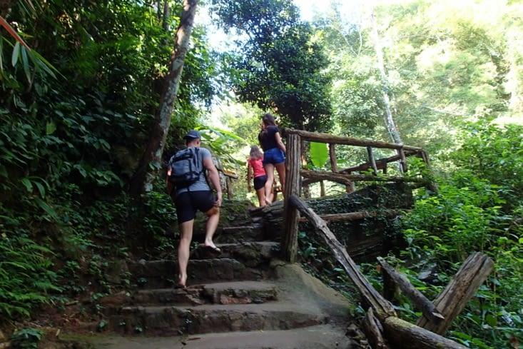 Changement de décor pour aller voir notre première cascade de Thaïlande : Mork Fa.