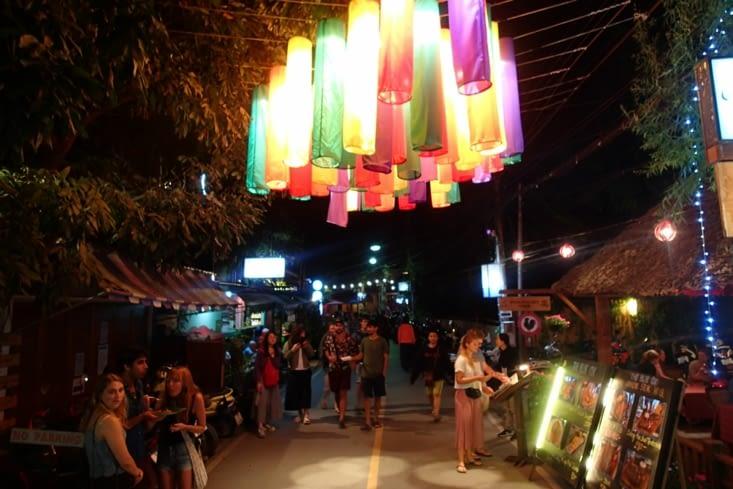 Le soir, les rues laissent place à un marché de nuit avec plein de stands différents.