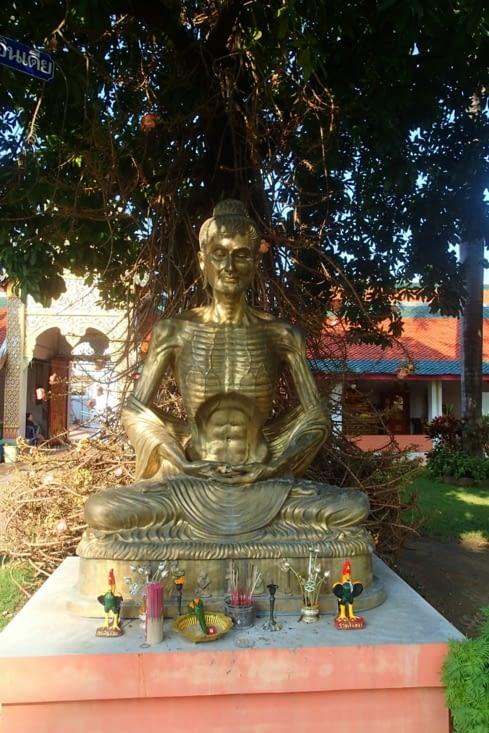 Bizarre cette statue de moine toute maigrichonne...