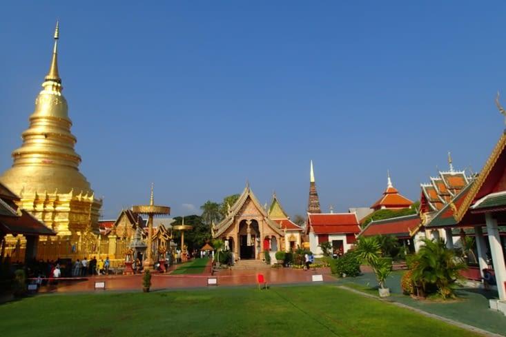 Sur la route vers le nord, on s'arrête au Wat Phrathat.