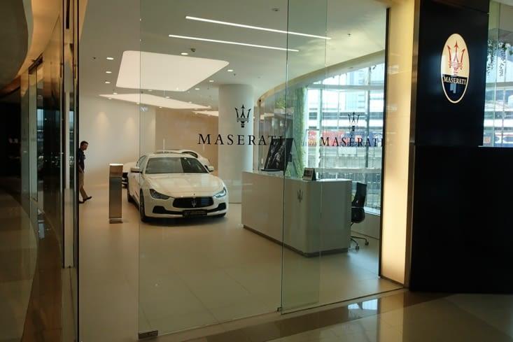 Oula ça n'a pas l'air d'être cheap ici... Une Maserati au 3ème étage, normal ^^