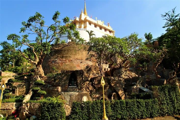 """Parfait le taxi boat nous dépose au Wat Saket, surnommé le """"Temple de la montagne d'or""""."""