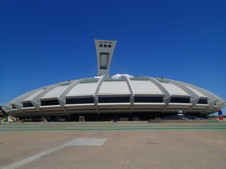 Petit moment architecture : le toit du stade est entièrement supporté par la tour inclinée
