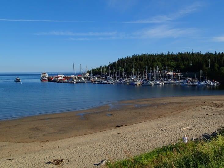 Petit port de pêche avec sa plage (l'eau est à 4°C avis aux amateurs).
