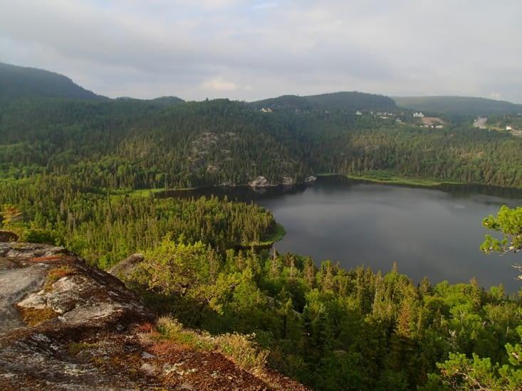 Vue du belvédère côté terre. Trop de brume côté fjord pour faire une belle photo.