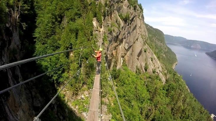Petit pont suspendu de 85m ! Bon délire de sauter dessus tous ensemble !